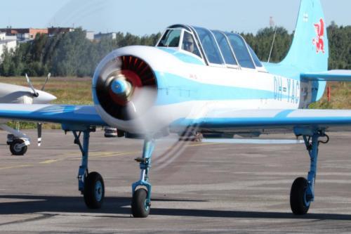 Jak-52 rullaa