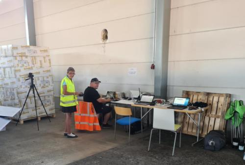 Tuula ja Jukka halliin pystytetyssä kilpailutoimistossa